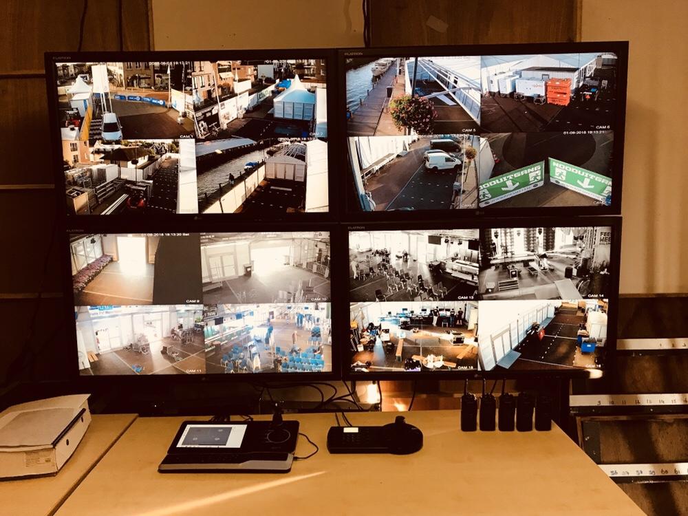 """Camerabeveiliging tijdens Feestweek Aalsmeer! Terrein en tent voorzien van 16 (draadloze) Full HD PTZ camera's welke worden weergegeven op 4×47"""" monitor in de CP. Besturing door middel van PTZ controller met touchscreen!"""