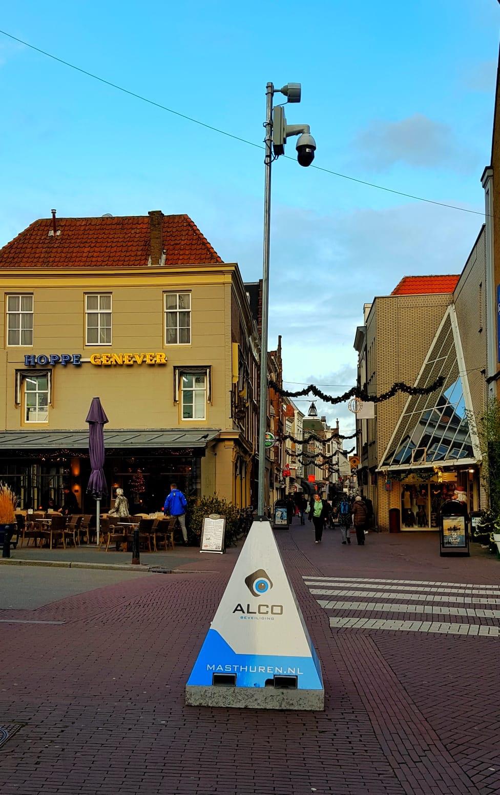 In Dordrecht is dit weekend weer de grootste kerstmarkt van Nederland! Hiervoor hebben wij in het centrum draadloze full HD PTZ camera's geïnstalleerd en CP ingericht in een pand waar overzicht gehouden kan worden over de kerstmarkt! #cameratoezicht #beveiliging #kerstmarkt #dordrecht